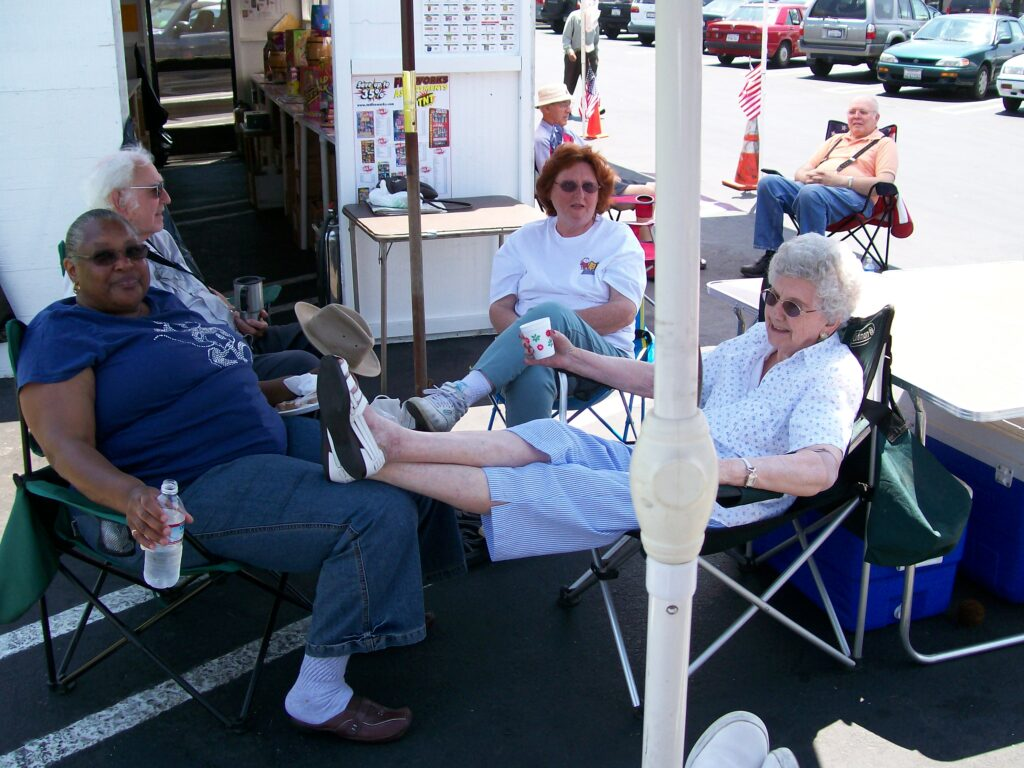 photo of Carolyn, Genie, Dorothy & Bob handling the crowds (2008)